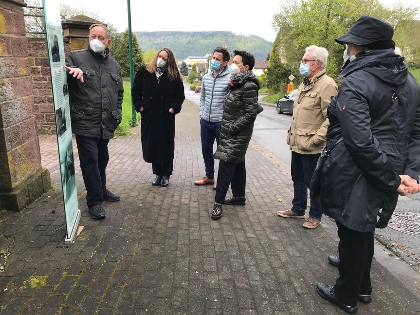 Hoher Besuch in Boffzen: Dr. Gabriele Andretta und Sabine Tippelt besuchen denGlasstelenweg